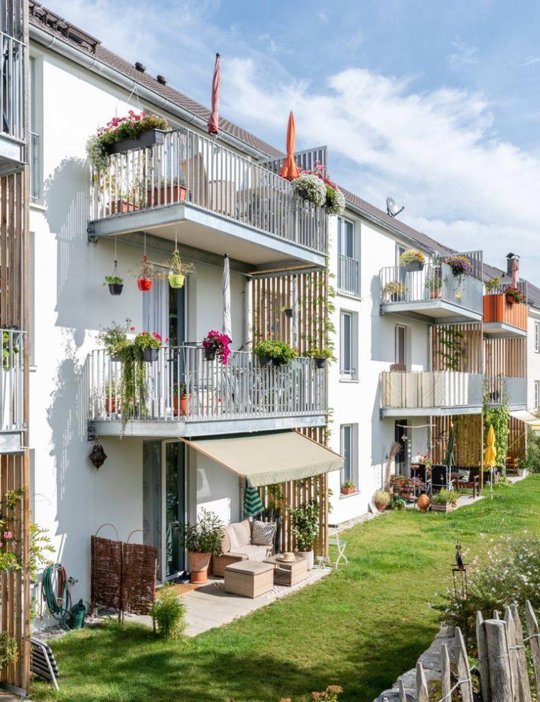 Freundliche und helle Treppenhausflucht über drei Stockwerke nach oben, im Mehrgenerationen-Wohnprojekt in Weilheim. Sie symbolisiert den Weg der bis zur Entstehung des Blogs noch gegangen werden muss.