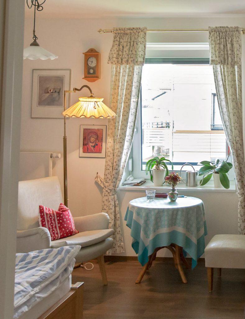Stilvolles Zimmer einer Bewohnerin in der Demenz-Wohngemeinschaft in Weilheim.