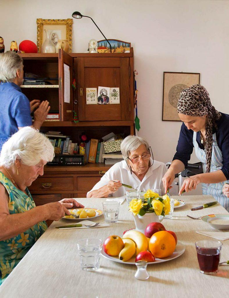 Gemeinschaftsessen in Demenz-Wohngemeinschaft in Weilheim.