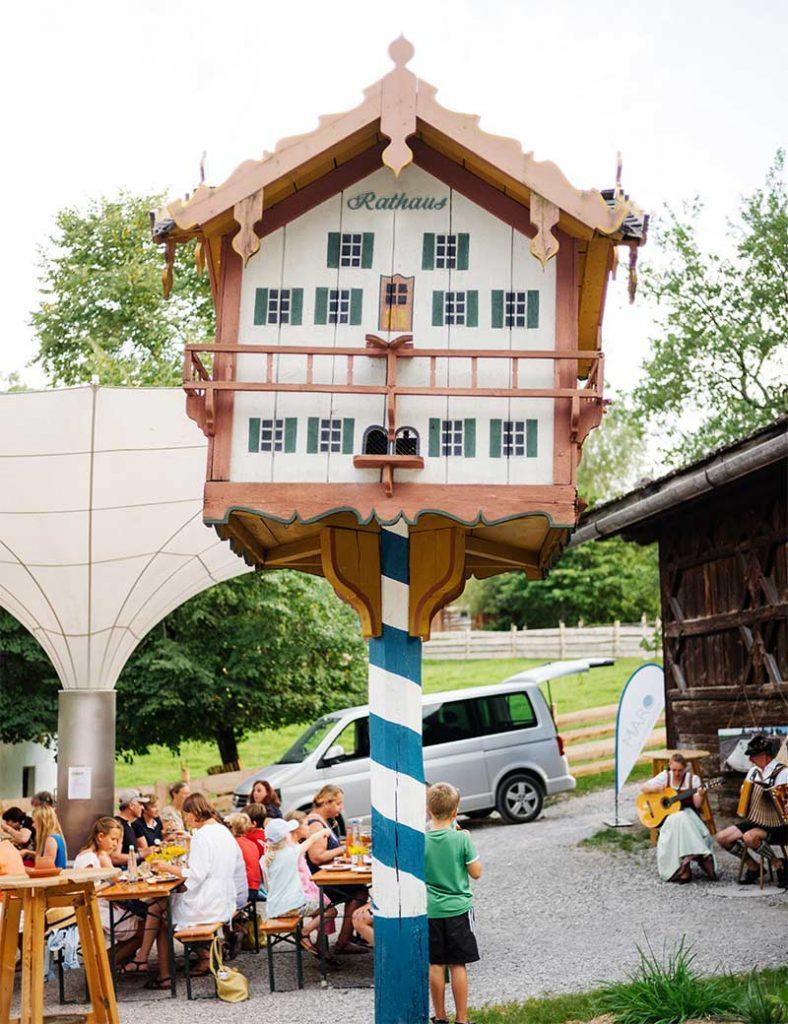 Großes Vogelhäuschen in Form eines bayrischen Hauses mit Aufschrift Rathaus.