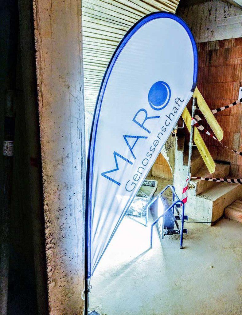 Stehwimpel mit MARO-Aufdruck auf der Baustelle Peiting.