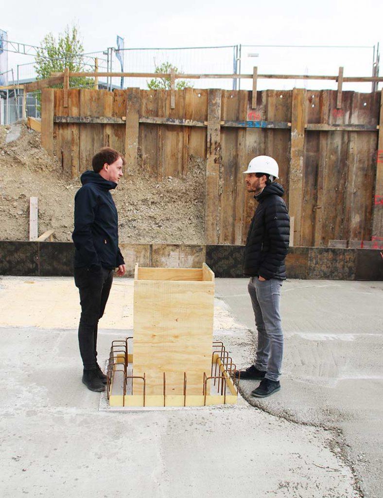 Projektleiter der MARO mit Bauhelm auf der Baustelle in Landsham.