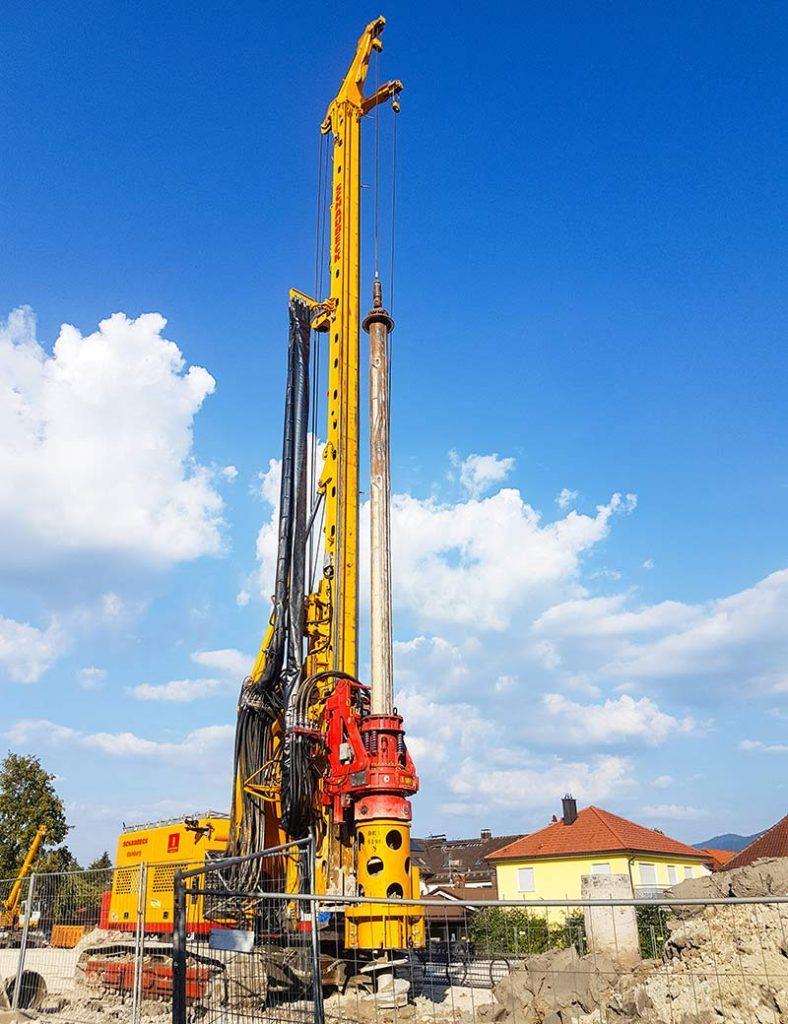 Riesengerät auf der Baustelle in Penzberg.