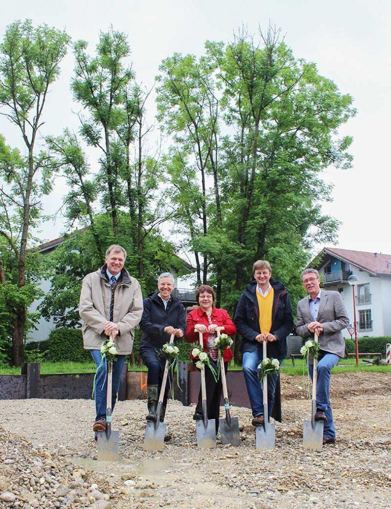 U.a. Bürgermeister Stefan Schelle und Jürgen Hoerner, Vorsitzender Alzheimer Gesellschaft. Spatenstich in Oberhaching.